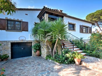 Mediterranean style 6 bedroom property for sale with seaview at 1.5 km from the beaches of Playa d'Aro