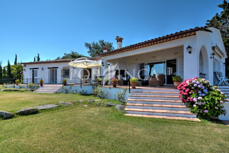 Charming traditional style villa for sale with seaview on unique location in the Golf Costa Brava