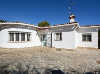 Nice 2 bedroom one floor villa in a very quiet setting in Vall Llobrega at 5 km from the beaches.