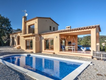 As good as new South facing villa with pool and some seaview in Calonge