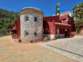 Traditional style 4 bedroom property on large plot with pool and sea view in Vall Llobrega close to Palamos.