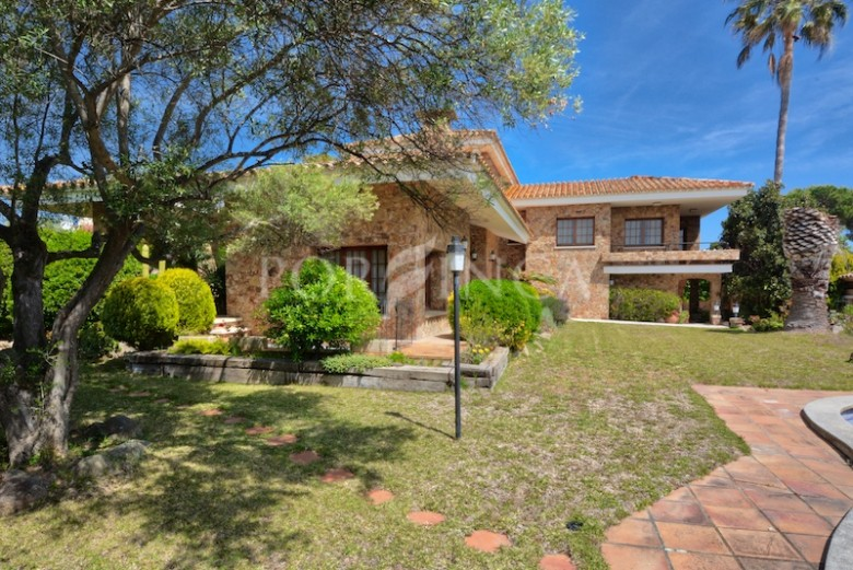 Mediterranean rustic style luxury villa with 5 bedrooms in residential area at 800 meters from the beach of Palamos