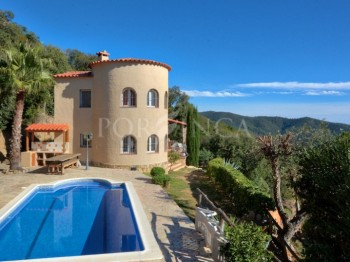 Well maintained villa with beautiful (sea)view and apartment in the Urbanisation Vall Repos, Santa Cristina d'Aro