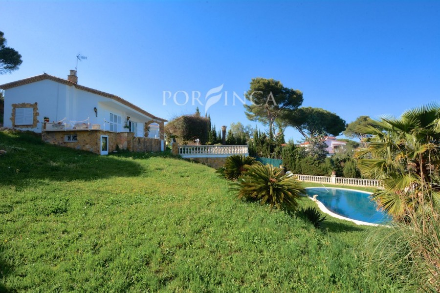 Property on a unique plot with stunning sea view at only 1,5 km from the centre of Playa d'Aro. Villa to be refurbished.