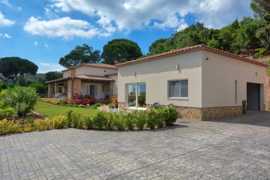 Single storey villa with separate apartment on a unique location with seaview and total privacy in the residential area Golf Costa Brava.