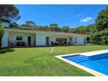 Single storey bungalow with 5 bedrooms, private pool and landscaped garden in the sought after residential area Golf Costa Brava.