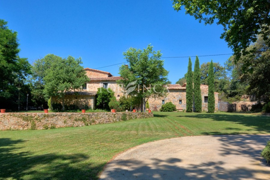 Magnificent country house at idyllic location with excellent connections to Gerona, airport and the Costa Brava coast.