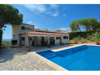 Attractive 4 bedroom villa with panoramic seaview and swimmingpool in quiet and green setting in Calonge.