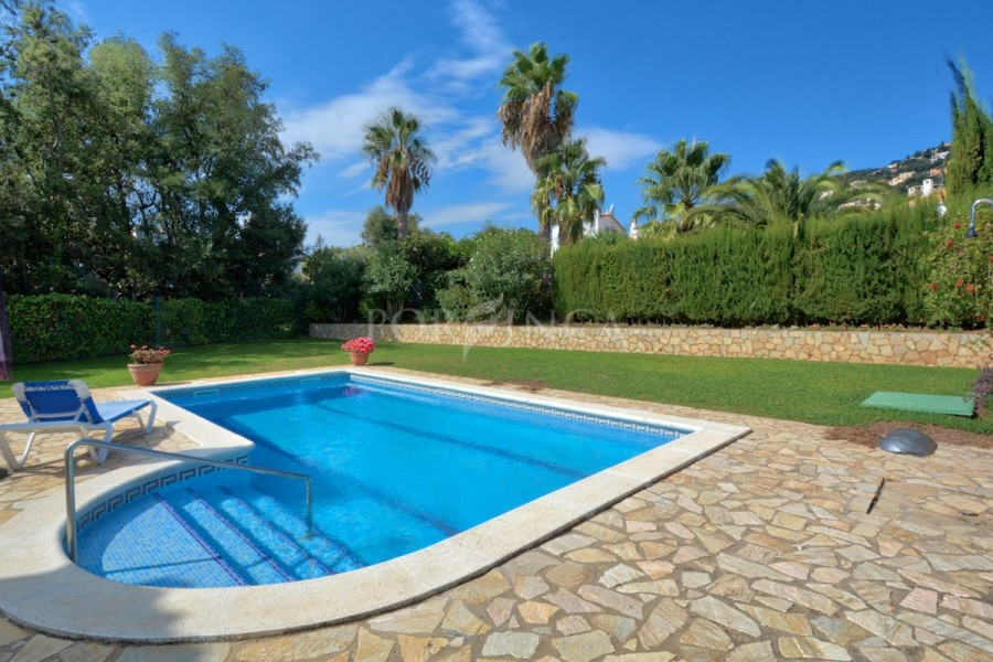 Well maintained villa on flat plot with swimming pool and garage in Vizcondado de Cabanyes.