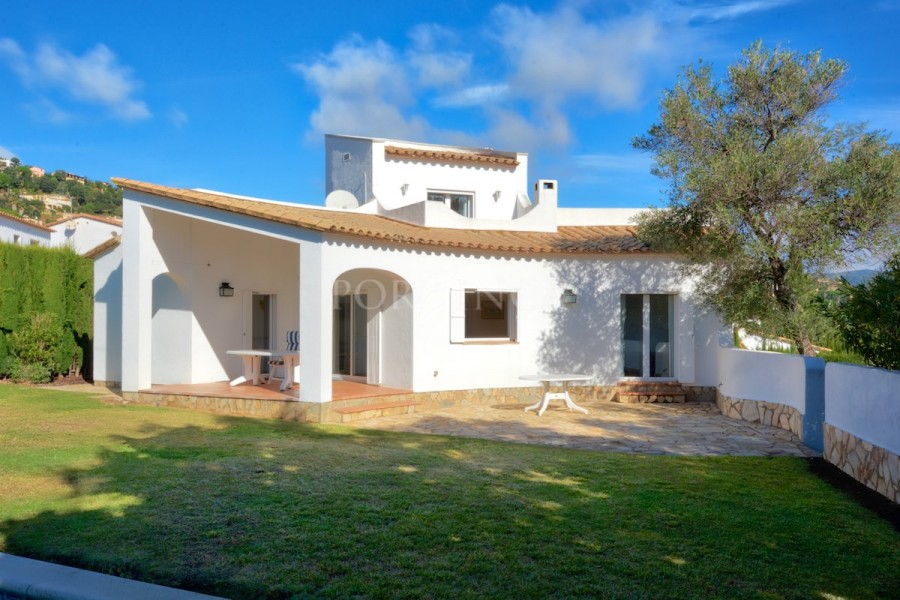 Comfortable villa on large flat plot with pool, sun terrace and lots of privacy in Vizcondado de Cabanyes.