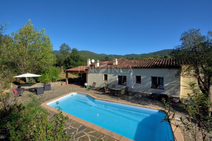 5 bedroom villa on a very large plot with stunning mountain views; pool and separate apartment in quiet, green setting in Vall Repos.