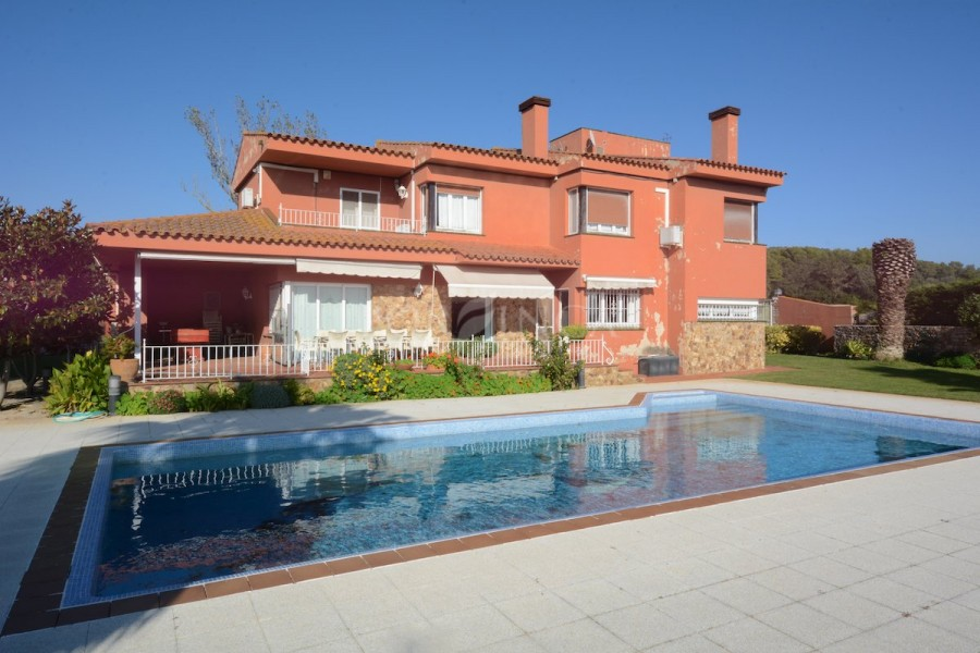 Large 5 bedroom property on a flat plot of 17.000 sqm. with nice views, lots of privacy close to Pals and Begur.