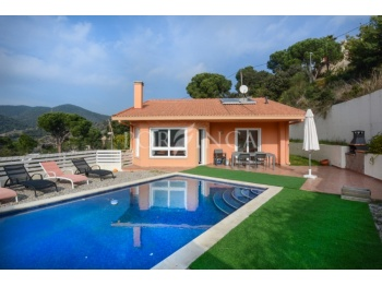 Nice well maintained villa with swimming pool, mountain views and lots of privacy; very large garage.