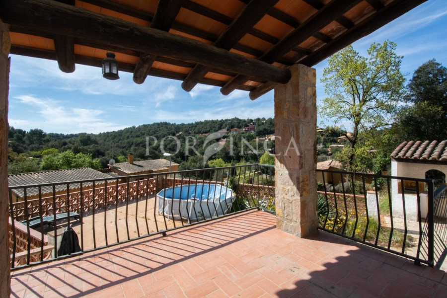 Nice 3 bedroom villa in Begur on a large plot with nice mountain views and South oriented.