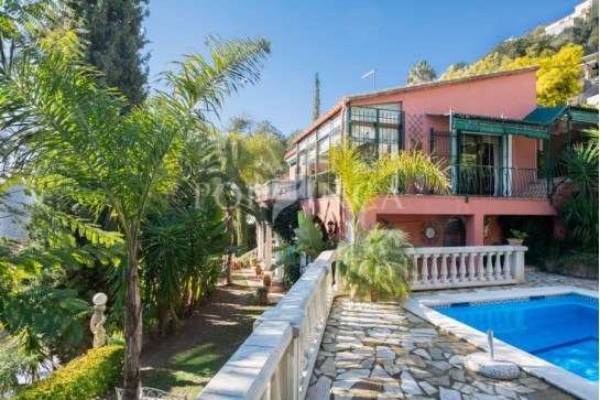 Charming villa with private pool and nice mountain views; several cosy terraces with lots of privacy in the beautiful tropical garden; very well maintained.