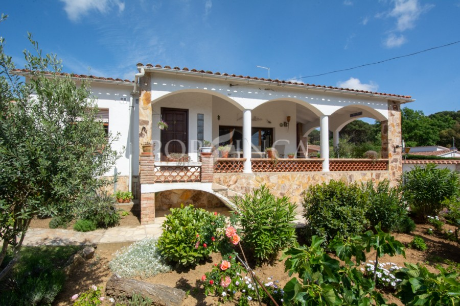 Very nice one-floor villa with private pool and large covered terrace with nice views 15 km from the Central Costa Brava beaches .
