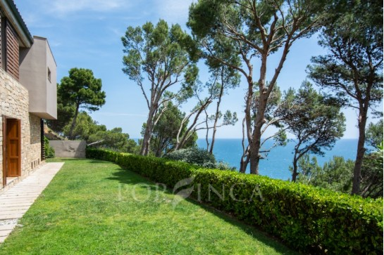 Modern luxury villa with sea view at only 3 minutes from the beach, in Begur
