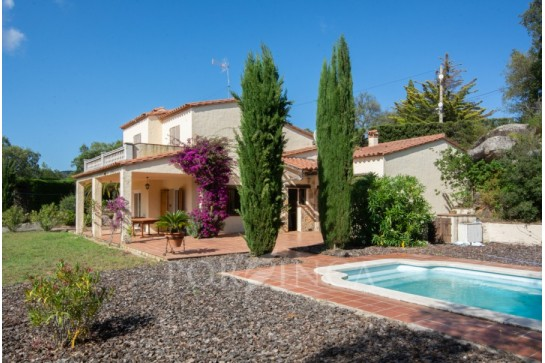 Cosy villa on large plot; total privacy; quiet setting at only 15 minutes drive to the Costa Brava coast.