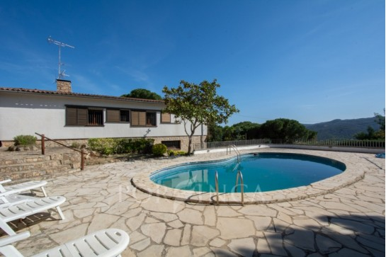 Large 4 bedroom property on ample plot with nice mountain views, pool-house with summer kitchen.