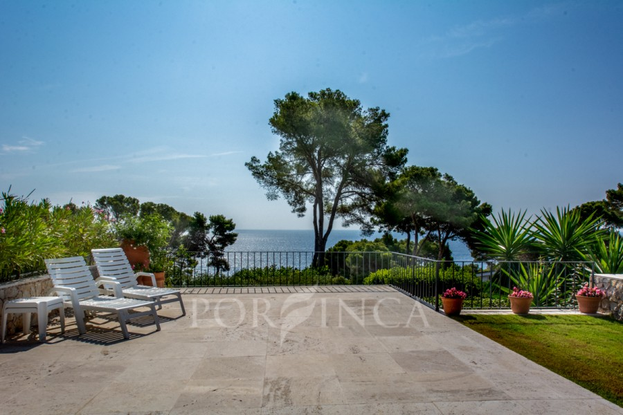 Charming 6 bedroom villa in a unique position close to the shore; Spectacular Sea view and at walking distance from the beach; Torre Valentina.