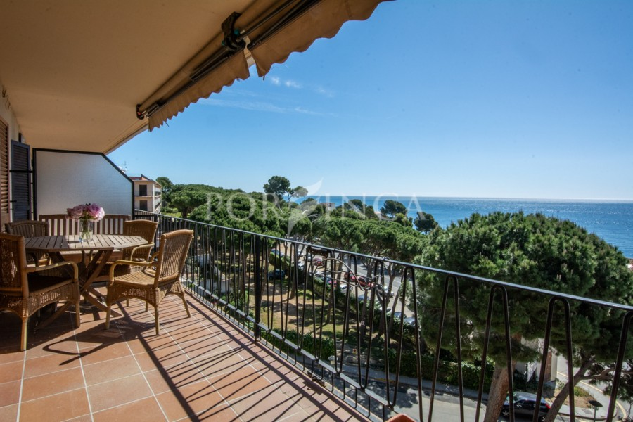 Apartment with panoramic sea view very close to the beach and the centre of Platja d'Aro; ample terrace.