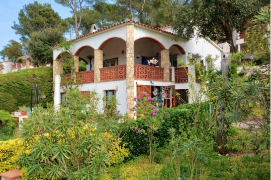 Detached villa with nice sea and mountain views in residential area at 3 km from Pals beach.