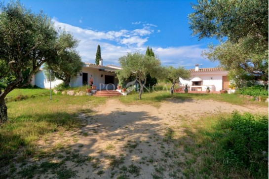 Villa for sale on large flat plot in the centre of Vall llobrega; separate building; lots of possibilities. 3 km from the beaches.
