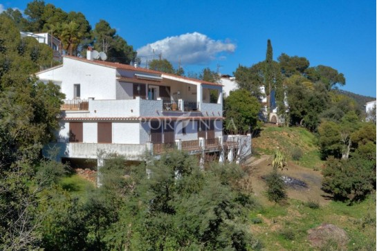 Villa with panoramic sea view close to Palamos including 1 additional building plot.