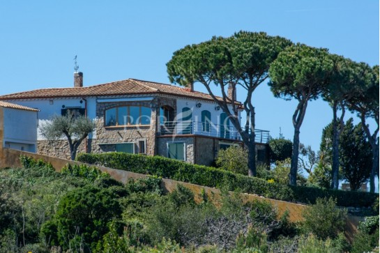 Beautiful property for sale in Begur situated on an exceptional location with stunning sea view.