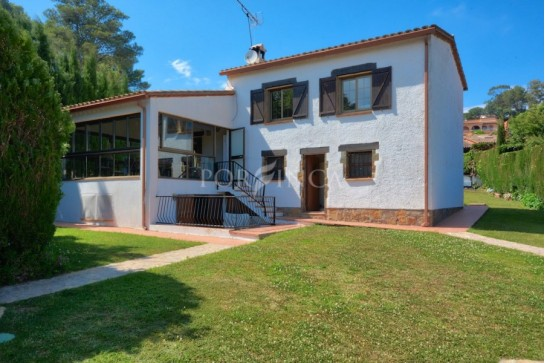 Nice villa for sale in Begur; pool area with lots of privacy; large flat plot in very quiet residential area.
