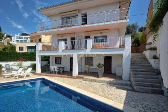 Villa with seaview composed of 3 apartments; 8 bedrooms and 4 bathrooms in total; nice private pool with terraces.