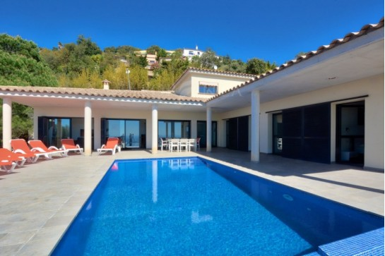 Recently built, modern style 4 bedroom bungalow with spectacular sea view, infinity pool and high level of privacy in Playa d'Aro