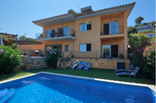 Very well maintained five bedroom villa with spectacular mountain- and sea view and swimming pool in Pals.