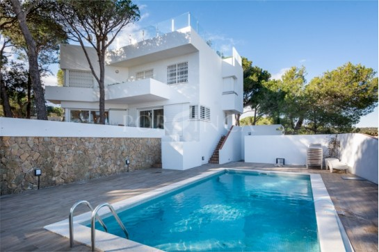 Modern villa on a unique location with spectacular seaview over the bay of Palamos close to the center of Playa d'Aro.