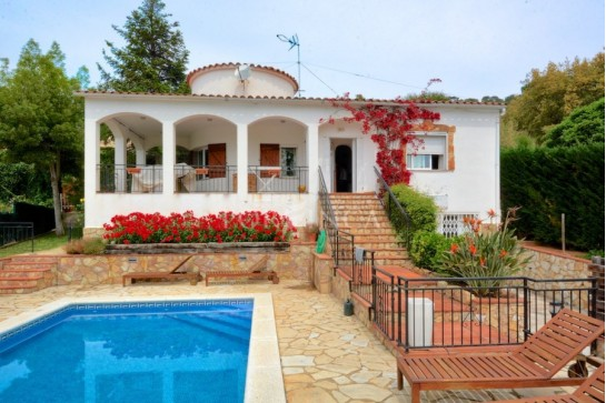 Property with additional one-bedroom apartment, private pool and covered terrace with seaview in quiet area in Calonge.