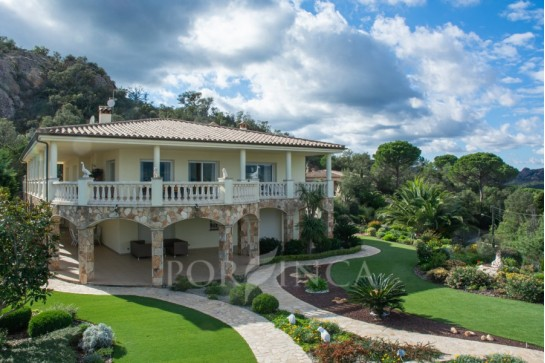 Magnificent luxury villa on a very unique location with 360-degree view over Mediterranean sea and Pyrenees; total privacy, large plot, landscaped garden.