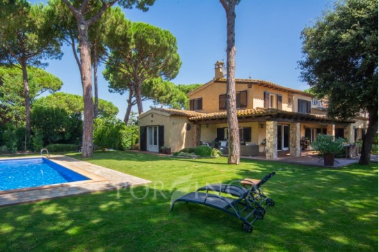 Large Luxury villa with private pool on large plot in Mont Ras. Five bedrooms, lots of privacy and close to Llafranc, Calella and Palamos.