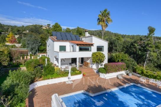 Charming villa with some seaview, large private pool and complete privacy in green, quiet setting close to Palamos and beach of Castell.