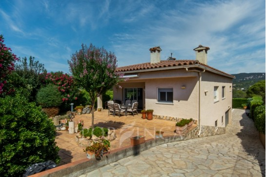 Well maintained villa with large pool and nice views close to Sant Feliu de Guixols. Vast living room. Possibilities to make an small apartment