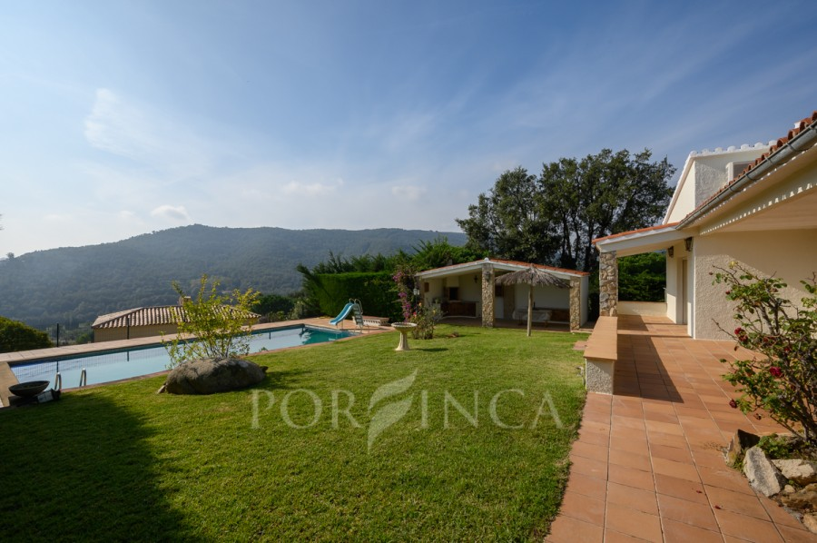 Comfortable 4 bedroom villa with private pool in nice location with seaview for sale in Calonge.