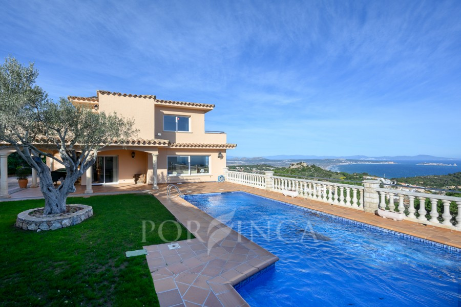 Stylish property with spectacular sea view for sale near the center of Begur.