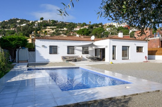 One floor villa with 4 bedrooms for sale in Calonge; flat plot with nice pool area and maintenance free garden.