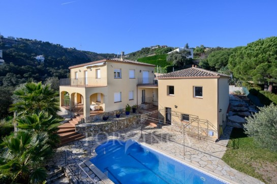 Recently built large 4 bedroom villa with sea view in quiet setting at 1 km from the centre of Playa d'Aro.