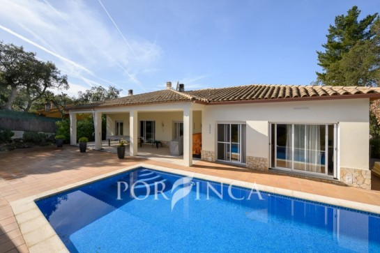 4 bedroom property for sale at 10 km from the Costa Brava beaches in quiet setting.