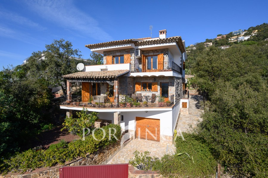 Comfortable 4 bedroom villa with sea views on a large plot; swimming pool with lots of privacy and nice views in Santa Cristina d'Aro.