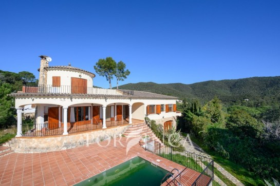 Traditional style villa with sea- and mountain view in Calonge; private pool with sun terrace; South oriented property.