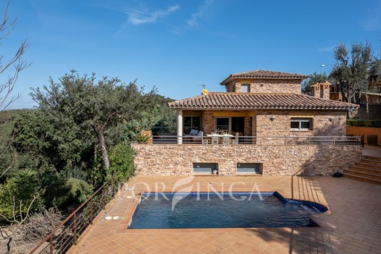 Fantastic property for sale with pool and lovely mountain view in Begur