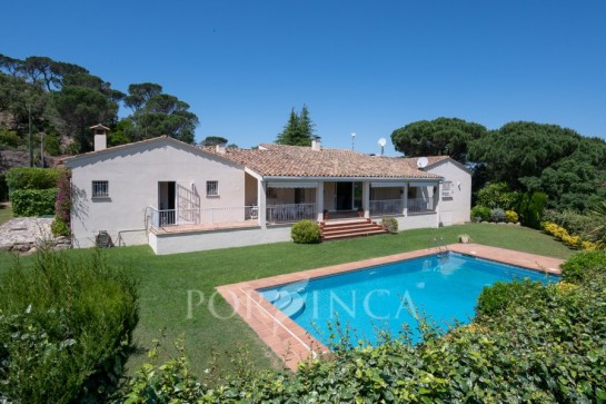 Charming one-level property with nice views in the residential area Golf Costa Brava