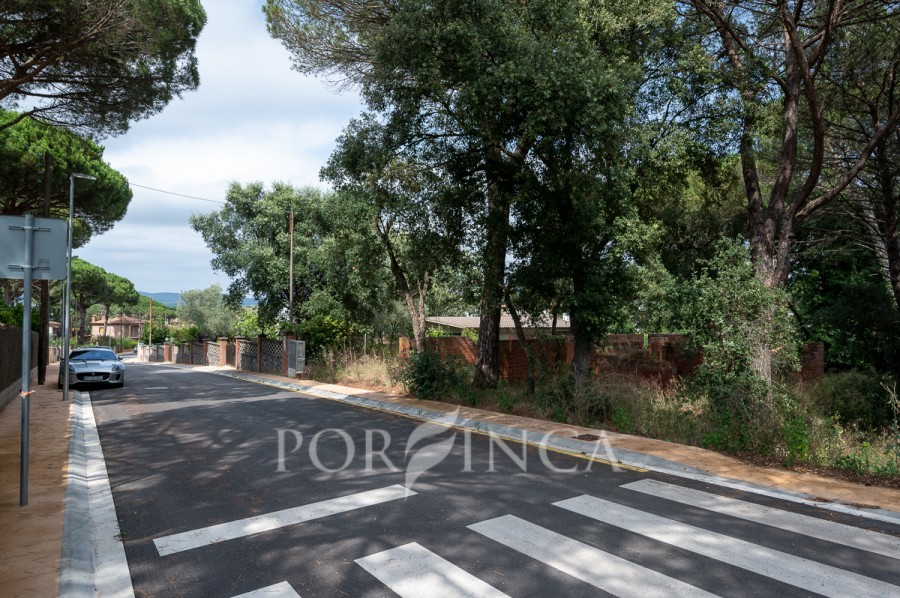Building plot for sale at 15 km from the Costa Brava beaches.