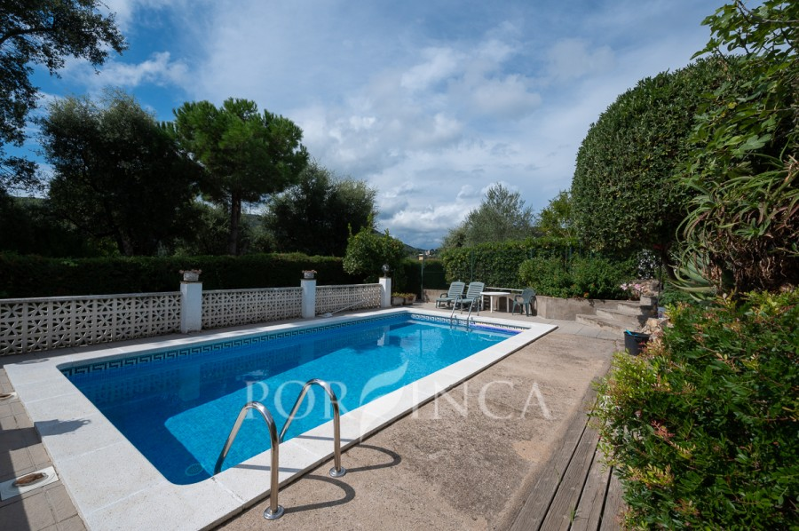 Nice 3 bedroom villa with lots of cosy terraces and private pool. Mountain views. Privacy in pool area.